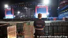 Polizeibeamte durchsuchen nach dem Festivalabbruch wegen Terrorgefahr am 02.06.2017 in Nürburg (Rheinland-Pfalz) beim Musikfestival Rock am Ring das Veranstaltungsgelände. Rund 85 Bands sollten von Freitag bis Sonntag auf vier Bühnen auftreten. Foto: Thomas Frey/dpa +++(c) dpa - Bildfunk+++ | Verwendung weltweit