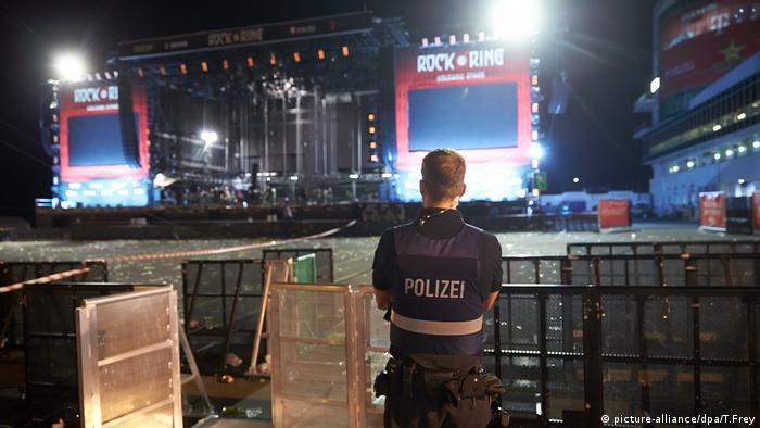 policeman in front of empty stage at nite (picture-alliance/dpa/T.Frey)