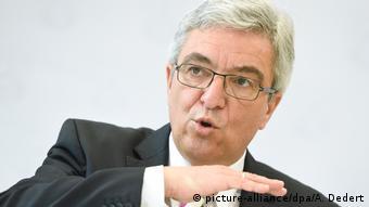Roger Lewentz - rheinland-pfälzischer Innenminister bei der Vorstellung der Kriminalstatistik 2015