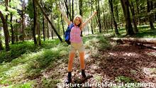 Frau in Natur beim Wandern ist gluecklich | Woman in nature hiking | Verwendung weltweit