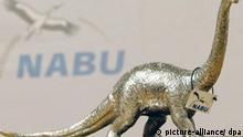Die Trophäe Dinosaurier des Jahres 2007 steht am Freitag (28.12.2007) auf einem Tisch in der Zentrale des Naturschutzbundes Deutschland (NABU) in Berlin. Die NABU hatte den Negativ-Umweltpreis dem Vorstandsvorsitzenden der Fluggesellschaft Air Berlin, Joachim Hunold, zuerkannt. Foto: Klaus-Dietmar Gabbert dpa/lbn +++(c) dpa - Report+++