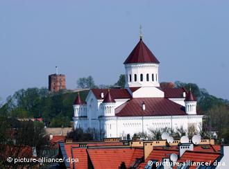 Die orthodoxe Kathedrale von Theotokos in Vilnius mit dem Gediminas-Turm im Hintergrund (Archivfoto vom 03.05.2006) (Foto: dpa)