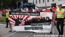 Teilnehmer versammeln sich am 03.06.2017 in Karlsruhe-Durlach (Baden-Württemberg) zu einem Aufmarsch von Rechtsextremen - die erste Reihe trägt ein Transparent mit der Aufschrift Unser Signal gegen Überfremdung. Die rechtsextreme Kleinstpartei Die Rechte hat zum «Tag der deutschen Zukunft» aufgerufen. Foto: Uli Deck/dpa +++(c) dpa - Bildfunk+++ | Verwendung weltweit