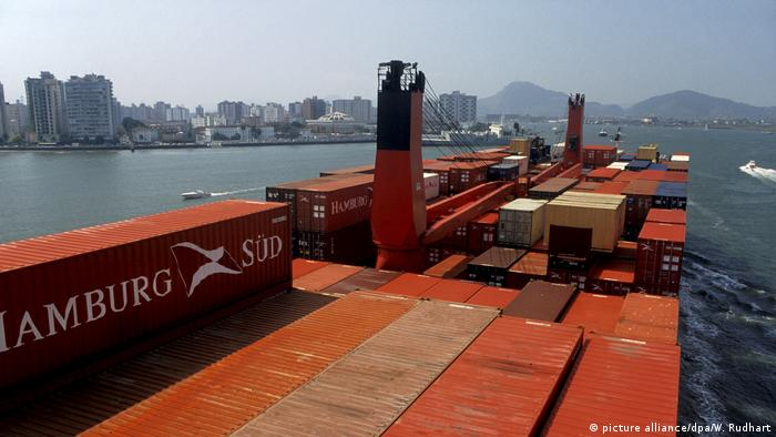 Symbolbild - Freihandel - Containerschiff in Sao Paulo (picture alliance/dpa/W. Rudhart)