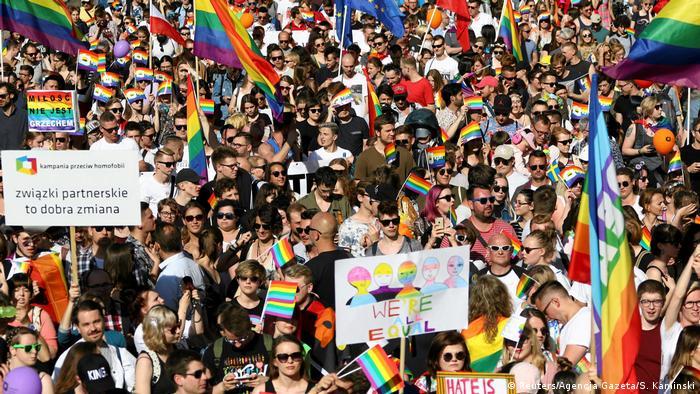 Blick auf den Zug der Parade, bei der viele Menschen eine Regenbogenfahne tragen (Foto: Reuters)
