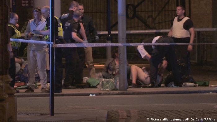 Três homens em uma van avançaram contra pedestres na Ponte de Londres, na região central da capital britânica, atropelando dezenas de pessoas antes de se dirigirem ao Borough Market, um local repleto de bares e restaurantes, e esfaquearem diversas vítimas. O ataque deixou sete mortos e 48 feridos. Os suspeitos, que vestiam coletes com explosivos falsos, foram mortos pela polícia.