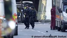 Polizisten sperren am 04.06.2017 in London (Großbritannien) den Bereich um die London Bridge und den Borough Market ab. Wenige Tage vor der Parlamentswahl in Großbritannien sind bei einem Terrorangriff in London mindestens sechs Menschen getötet worden. Drei mutmaßliche Angreifer wurden nach Polizeiangaben erschossen. Foto: Matt Dunham/AP/dpa +++(c) dpa - Bildfunk+++ |