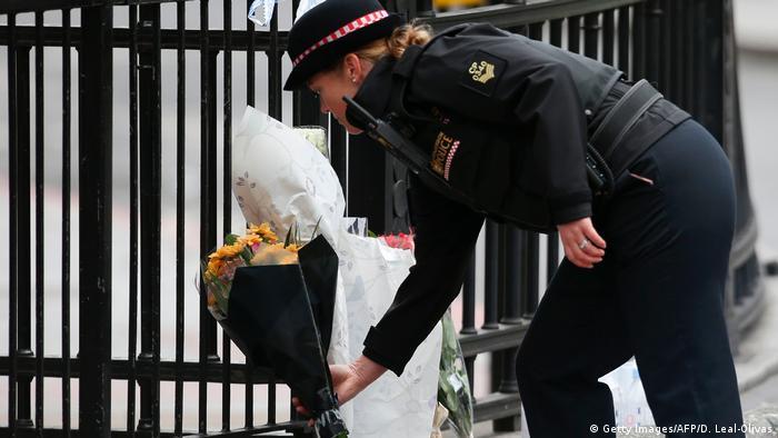 Поліцейська покладає квіти поблизу місця теракту в Лондоні