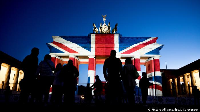 Brandenburger Tor in britischen Nationalfarben angestrahlt (Picture-Alliance/dpa/J. Carstensen)