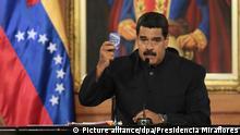 HANDOUT- Präsident Nicolas Maduro hebt am 01.05.2017 in Caracas, Venezuela, eine Verfassung. Angesichts der Proteste und der internationalen Isolation hat Venezuelas Präsident Nicolas Maduro zur energischen Verteidigung der sozialistischen Revolution aufgerufen. (ACHTUNG:Verwendung nur zu redaktionellen Zwecken in Verbindung mit der Berichterstattung und nur bei vollständiger Quellenangabe: «Presidencia Miraflores/dpa» - zu dpa ««Sind die neuen Juden»: Venezuelas Präsident sieht sich verfolgt» vom 18.05.2017) Foto: -/Presidencia Miraflores/dpa +++(c) dpa - Bildfunk+++ | Verwendung weltweit