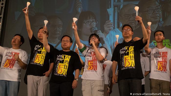 Evento em memória às vítimas do massacre da Praça da Paz Celestial reuniu milhares de pessoas, em Hong Kong, em 2017