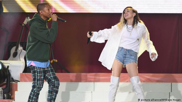One Love Manchester Benefizkonzert Pharrell Williams Miley Cyrus (picture-alliance/AP/Dave Hogan)