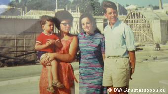 Μνήμες από την Κέρκυρα. Δεξιά ο πατέρας Ραλφ, δίπλα του η Κωνσταντίνα και ο μικρός Φρανκ στην αγκαλιά φίλης