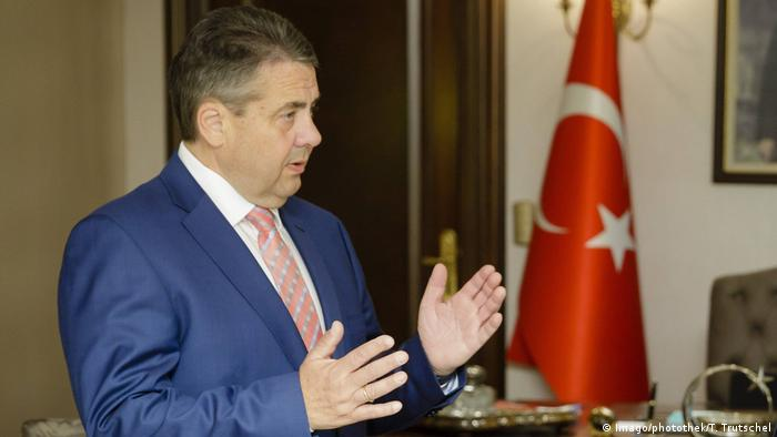 Sigmar Gabriel in front of Turkish flag (Imago/photothek/T. Trutschel)