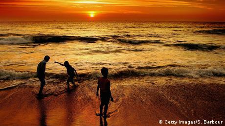 Sri Lanka - Kinder spielen am Meer (Getty Images/S. Barbour)