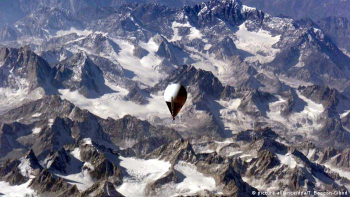 Branson-Balloon over the Himalaya (picture-alliance/dpa/T. Boccon-Gibod)