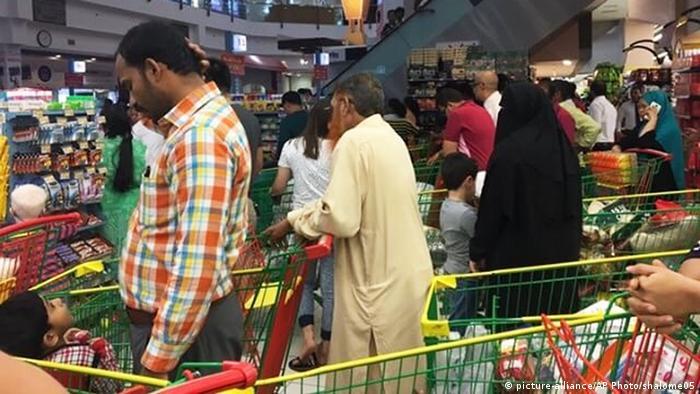 Qatar Doha - Leute versorgen sich mit Lebensmitteln (picture-alliance/AP Photo/shalome05)