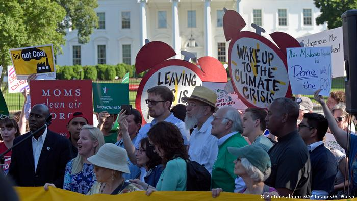 Protesters gather outside the White House in Washington, Thursday, June 1, 2017, to protest President Donald Trump's decision to withdraw the Unites States from the Paris climate change accord. Photo credit: Picture alliance/AP Images/S. Walsh.