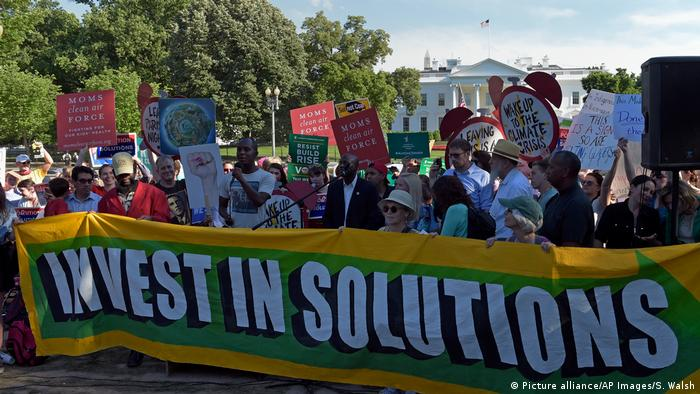 Protesters gather outside the White House in Washington, Thursday, June 1, 2017, to protest President Donald Trump's decision to withdraw the Unites States from the Paris climate change accord. (Picture alliance/AP Images/S. Walsh)