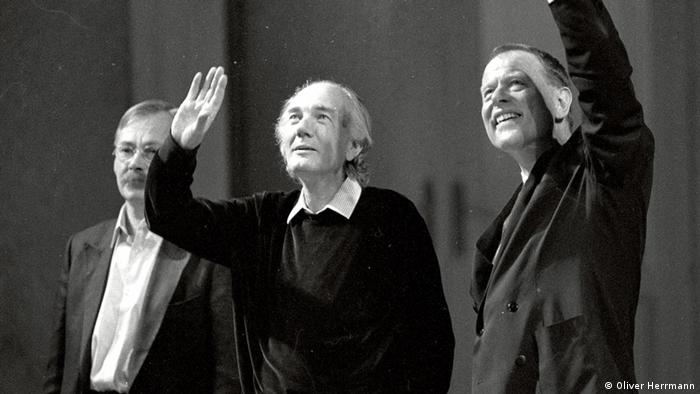 Thomas Bernhard and Claus Peymann waving on stage (Photo: Oliver Herrmann)