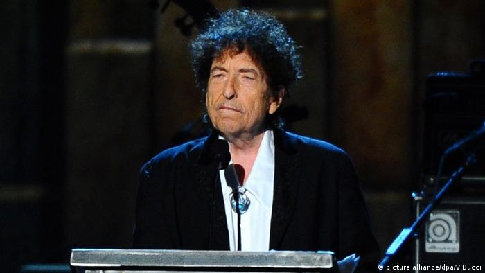 Bob Dylan am Rednerpult. (picture alliance/dpa/V.Bucci)
