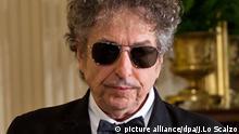 ARCHIV - Der US-Rocksänger Bob Dylan steht am 29.05.2012 im Weißen Haus in Washington (USA). (zu dpa Schweigender Meisterdichter: Bob Dylan holt heimlich Nobelpreis ab am 02.04.2017) Foto: Jim Lo Scalzo/EPA FILE/dpa +++(c) dpa - Bildfunk+++ |