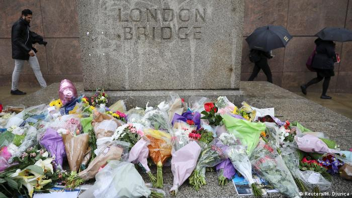 En todo Reino Unido se guardó hoy un minuto de silencio a las 11:00 (hora local, 10:00 GMT) en recuerdo de las víctimas del atentado del sábado en el Puente de Londres y el mercado de Borough, que está desatando fuertes críticas a las fuerzas de seguridad. En la capital, Londres, numerosas personas se reunieron en el Puente de Londres, pese a la fuerte lluvia. (6.06.2017)