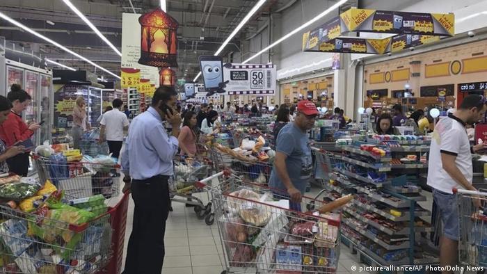 صورة لمتسوقين في أحد متاجر الدوحة عقب إعلان المقاطعة الخليجية.