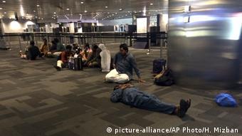 Επιβάτες που αποκλείστηκαν στο αεροδρομιο της Ντόχας μετά το μποϋκοτάζ (picture-alliance/AP Photo/H. Mizban)
