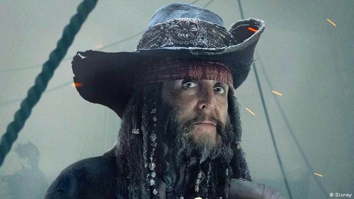 Paul McCartney als Pirat im Film Fluch der Karibik 5 mit Hut, langem Bart und schwarz geschminkten Augen. (Foto: Disney)