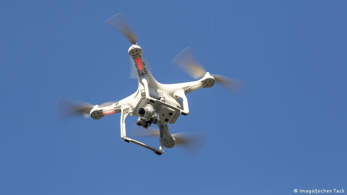 Multikopter Drohne mit Kamera im Flug DJI Phantom 3 Modell