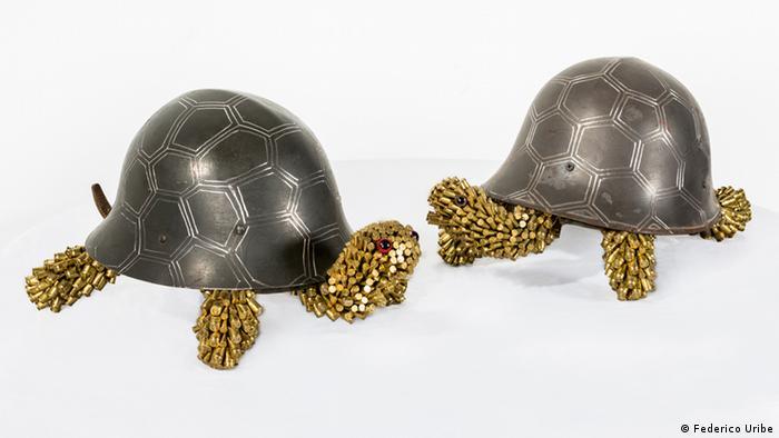 Tortugas hechas con un casco y balas (Frederico Uribe)