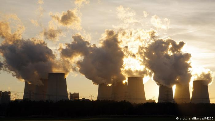 Steam emits from cooling towers at a brown coal plant in Jänschwalde, Germany (picture-alliance/R4200)