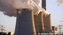 Berlin, 12.09.08 JE - Braunkohlekraftwerk Jaenschwalde, Vattenfall Europe AG, Kuelturme und Sonnenuntergang . | Verwendung weltweit