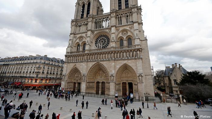 鐵錘襲警 巴黎聖母院廣場疏散封鎖
