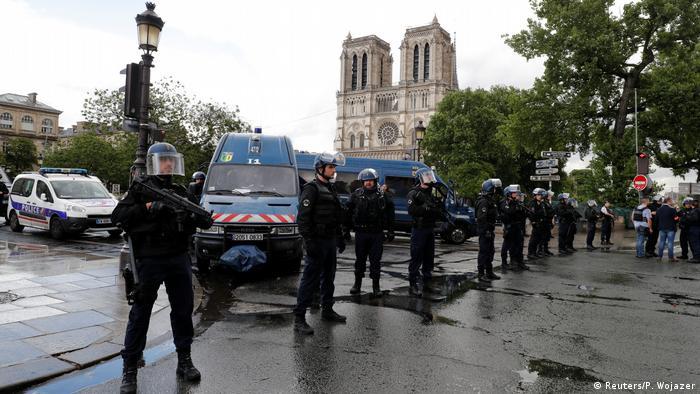 Frankreich Großeinsatz der Polizei vor der Kathedrale Notre Dame (Reuters/P. Wojazer)