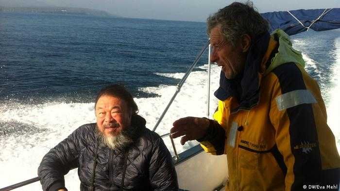 Ai Weiwei on a boot in the ocean (DW/Eva Mehl)