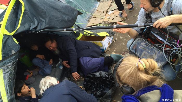 Ai Weiwei im Gespräch mit jungen Flüchtlingen im griechischen Idomeni (Foto: DW/Eva Mehl)