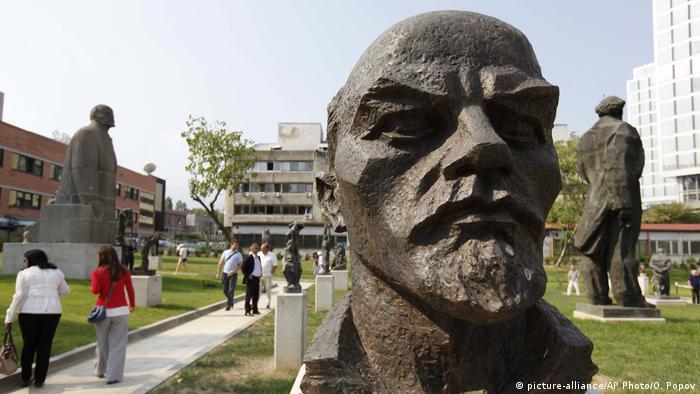 Bulgarien Leninstatue im Museum of Socialist Art in Sofia (picture-alliance/AP Photo/O. Popov)