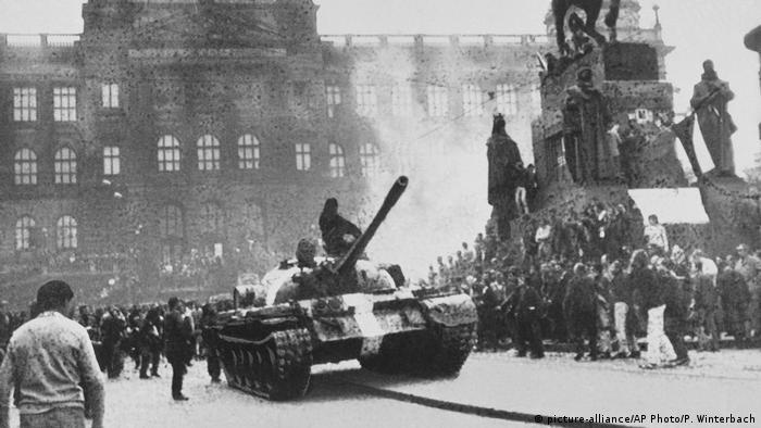 Sowieckie czołgi w centrum Pragi (sierpień 1968)