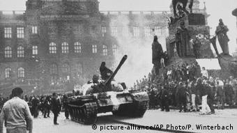 Σοβιετικά τανκς προελαύνουν στο κέντρο της Πράγας