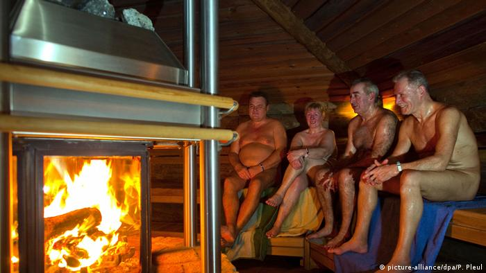 People in a sauna (picture-alliance/dpa/P. Pleul)