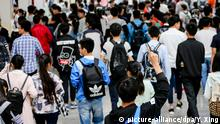 Chinese students enter an exam site to take part in the first examination of the 2017 National College Entrance Exam, also known as Gaokao, in Yangzhou city, east China's Jiangsu province, 7 June 2017. A total of 9.4 million Chinese high school students will sit the 2017 national college entrance examination, known as the Gaokao, due to kick off Wednesday (7 June 2017), the Ministry of Education said. Some 3.72 million of these students are expected to enroll in undergraduate degrees following the examination, an increase of nearly 10,000 compared to 2016, according to the 2017 enrollment plan issued by the ministry. The ministry has instructed local education departments to prepare for the upcoming exam, which generally lasts for two days, with some highly competitive regions adding a third day. Emergency plans should be in place for extreme weather conditions, natural disasters and disease outbreaks that could occur during the exams, the ministry said. Foto: Yu Xing/Imaginechina/dpa |