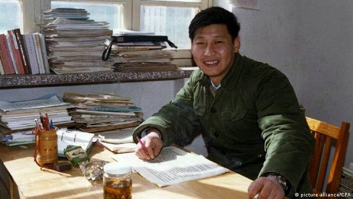 China Xi Jingping im Büro in Zhengding im Jahr1983 (picture-alliance/CPA)