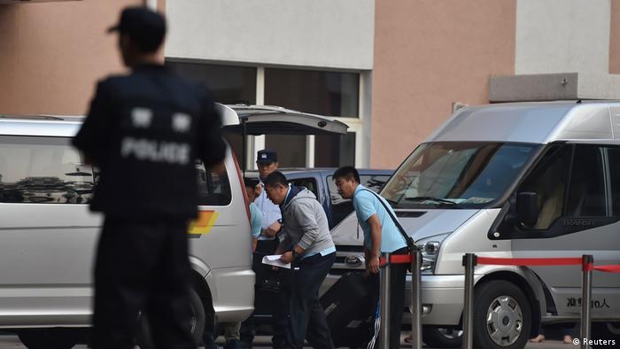 China Abitur Prüfung Gaokao Polizisten vor einem Prüfungsgebäude in Peking sichern das Prüfungsmaterial (Reuters)