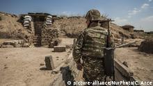 Bergkarabach Fotoreportage Soldat nahe der Frontlinie zu Aserbaidschan
