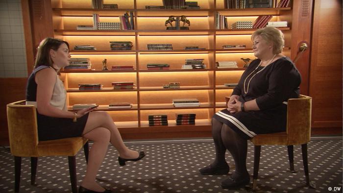 Норвежский премьер Эрна Сульберг во время интервью Жанне Немцовой