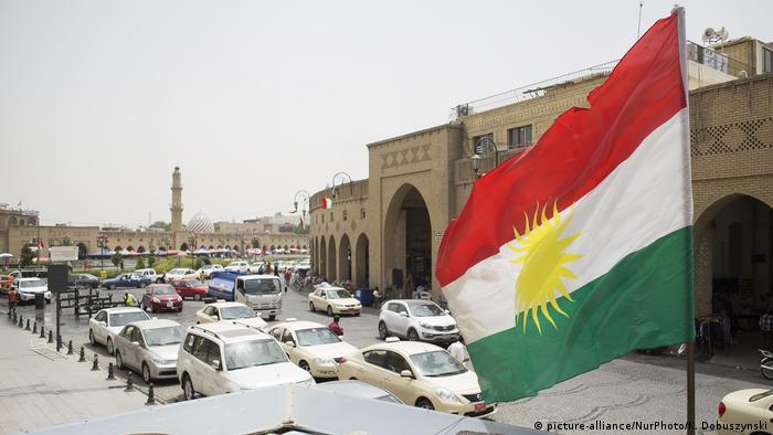 Bandera kurda ondea en Erbil, centro comercial de Kurdistán.