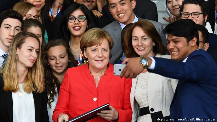 Bundeskanzlerin Merkel & Familienministerin Barley mit Jugendlichen aus G20-Staaten
