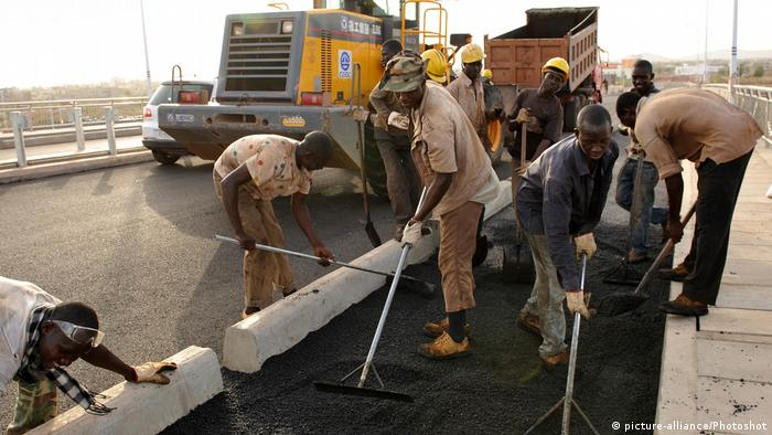 Workers seen tarring a bridge in Mali (picture-alliance/Photoshot)